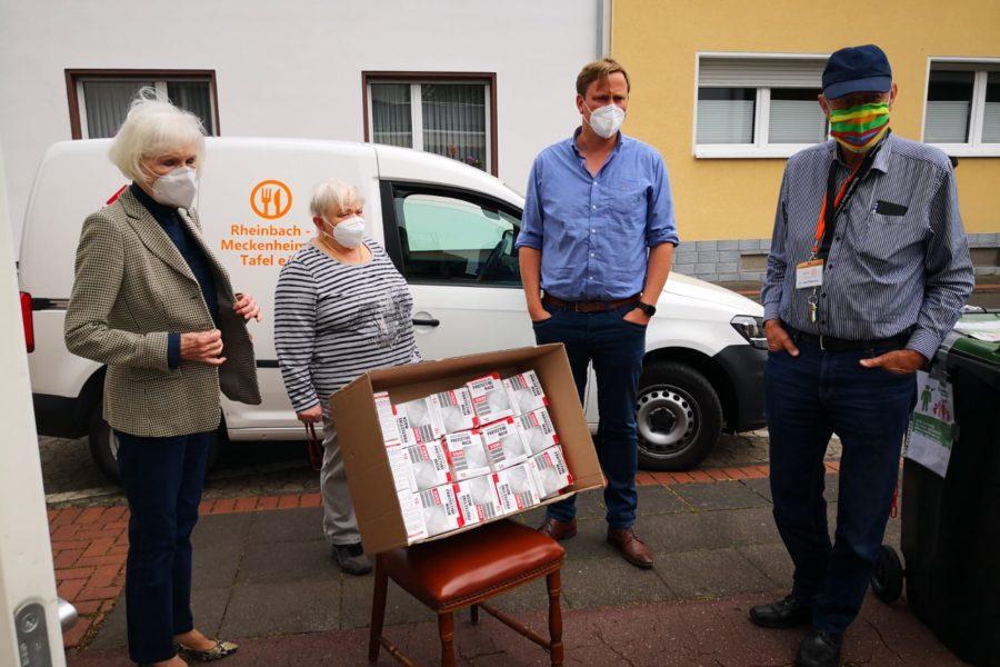 Stefan Pohl übergibt Mund-Nasen-Masken an die Meckenheimer Tafel