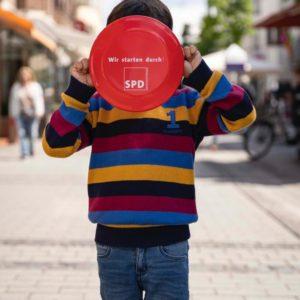 Kind mit SPD-Frisbee